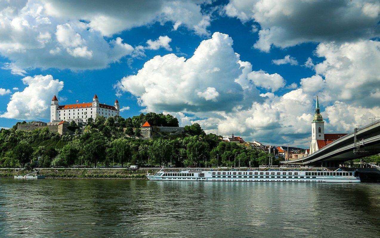 Schloss von Bratislava mit Fluss im Vordergrund