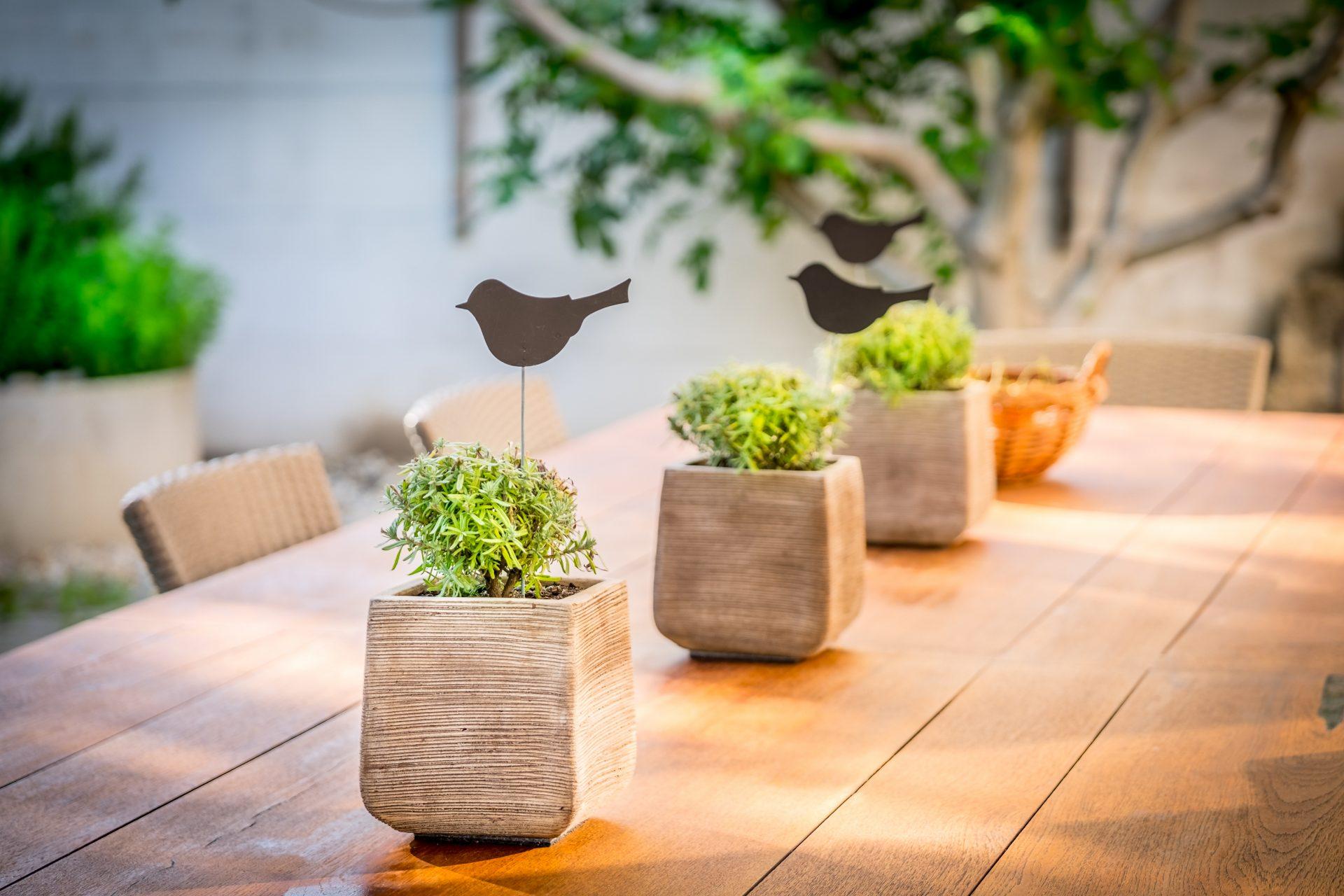Dekorierter Tisch im Garten