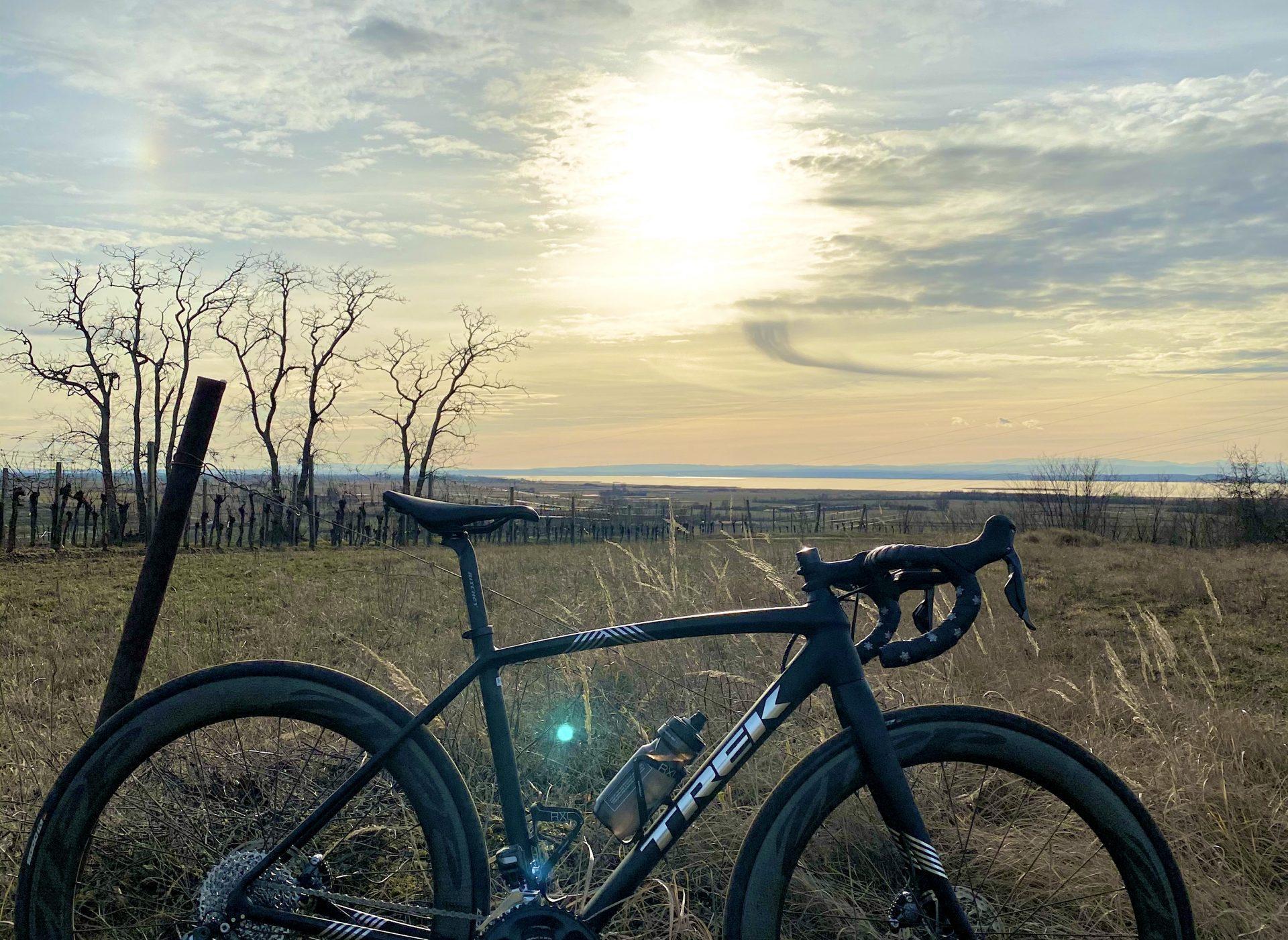 Sonnenuntergang mit modernem Rennrad im Vordergrund