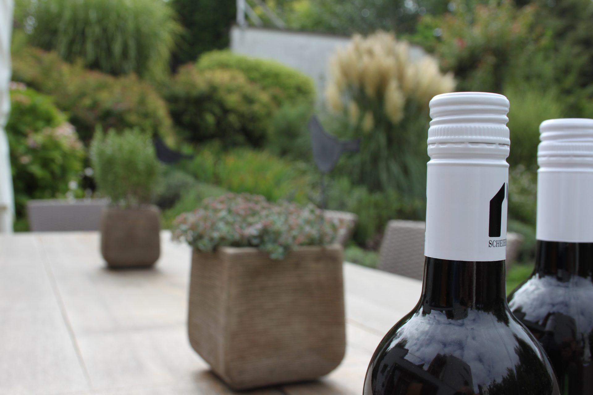 Weinflaschen auf Tisch im Garten