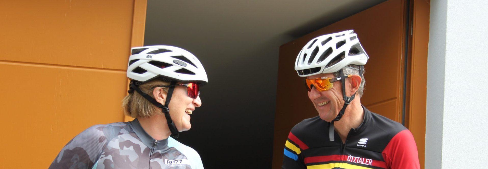 Doris und Martin SCHEIBER in Radmontour mit Fahrrädern vor dem Radkeller.